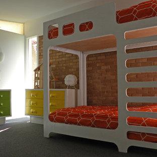 На фото: нейтральная детская в стиле ретро с спальным местом, белыми стенами, ковровым покрытием и красным полом для ребенка от 4 до 10 лет