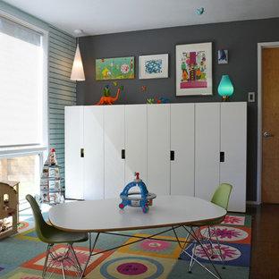 Foto på ett retro könsneutralt barnrum kombinerat med lekrum och för 4-10-åringar, med grå väggar