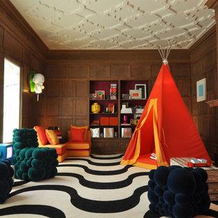 Eklektisk inredning av ett barnrum, med bruna väggar, flerfärgat golv och heltäckningsmatta