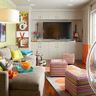 Foto på ett stort könsneutralt tonårsrum kombinerat med lekrum, med flerfärgade väggar och mellanmörkt trägolv