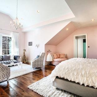 Idéer för mycket stora vintage barnrum kombinerat med sovrum, med rosa väggar, mellanmörkt trägolv och brunt golv