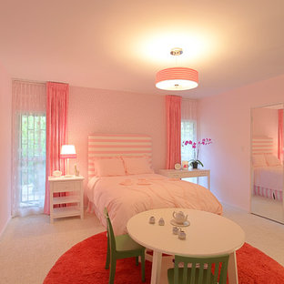 Ejemplo de dormitorio infantil de 4 a 10 años, minimalista, de tamaño medio, con paredes rosas y moqueta