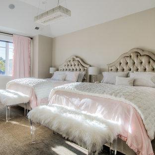 Foto di una grande cameretta per bambini da 4 a 10 anni shabby-chic style con pareti grigie, moquette e pavimento marrone