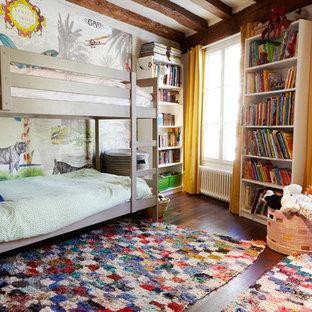 Cette photo montre une chambre d'enfant de 4 à 10 ans éclectique avec un mur multicolore, un sol en bois foncé et un sol marron.