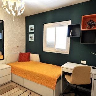 Ispirazione per una piccola cameretta per bambini nordica con pareti verdi, pavimento in laminato e pavimento beige