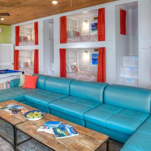 Réalisation d'une très grande chambre d'enfant minimaliste avec un mur vert, un sol en travertin et un sol beige.