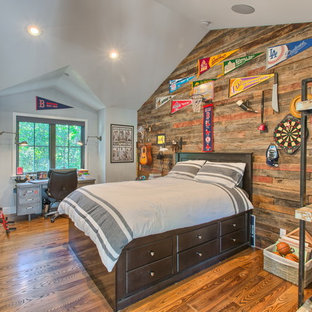 Idéer för ett mycket stort klassiskt barnrum kombinerat med sovrum, med grå väggar och mellanmörkt trägolv