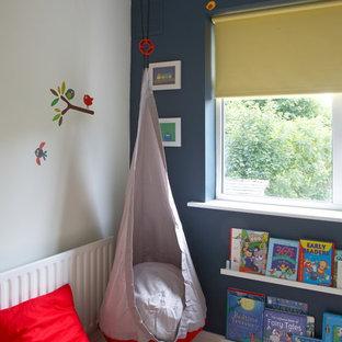 Esempio di una cameretta per bambini minimalista