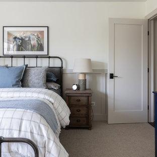 Idéer för stora lantliga barnrum kombinerat med sovrum, med vita väggar, heltäckningsmatta och brunt golv