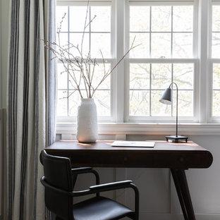 Réalisation d'une grand chambre d'enfant champêtre avec un mur blanc, moquette et un sol marron.