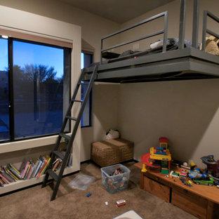 Foto di una cameretta da letto da 4 a 10 anni american style di medie dimensioni con pareti marroni, moquette e pavimento marrone