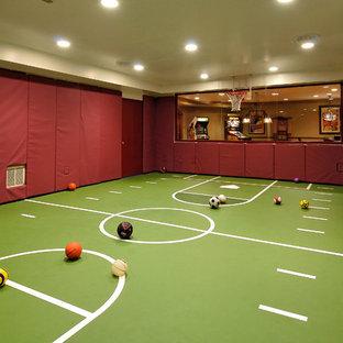 Idées déco pour une salle de jeux d'enfant classique avec un sol vert.