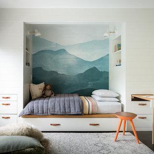 Imagen de dormitorio infantil clásico renovado, de tamaño medio, con moqueta