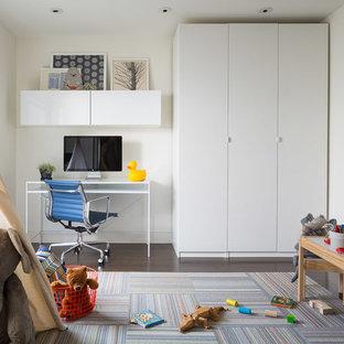 Imagen de dormitorio infantil de 1 a 3 años, vintage, de tamaño medio, con paredes blancas y suelo de madera oscura