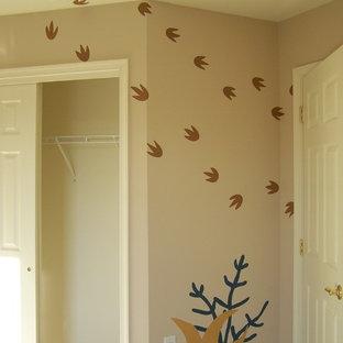 Esempio di un'ampia cameretta neutra da 1 a 3 anni boho chic con pareti beige e moquette