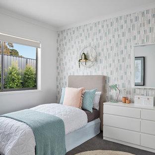 Imagen de dormitorio infantil contemporáneo con paredes multicolor, suelo de cemento y suelo gris