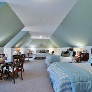 Bild på ett mycket stort lantligt könsneutralt barnrum kombinerat med sovrum och för 4-10-åringar, med heltäckningsmatta och blå väggar