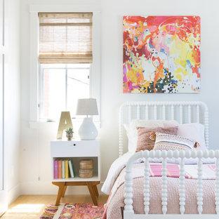Foto di una cameretta per bambini da 4 a 10 anni country di medie dimensioni con pareti bianche e parquet chiaro
