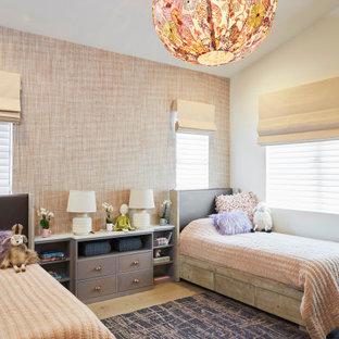 Idée de décoration pour une chambre d'enfant tradition avec un mur multicolore, un sol en bois clair, un sol beige, un plafond voûté et du papier peint.