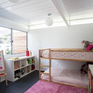 Inredning av ett retro flickrum kombinerat med sovrum, med vita väggar och svart golv