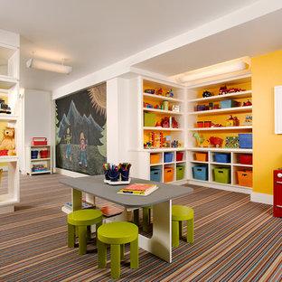 Modelo de dormitorio infantil clásico, grande, con paredes amarillas, moqueta y suelo multicolor
