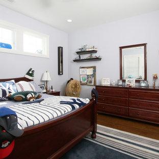 Diseño de dormitorio infantil clásico con paredes azules y suelo de madera oscura