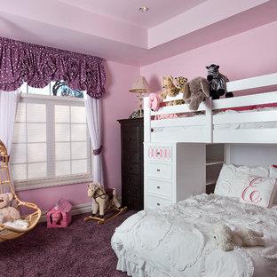 Klassisk inredning av ett flickrum, med rosa väggar, heltäckningsmatta och lila golv