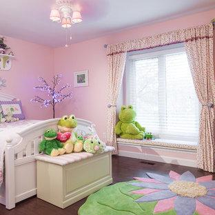 Idéer för att renovera ett vintage flickrum kombinerat med sovrum, med rosa väggar och mörkt trägolv