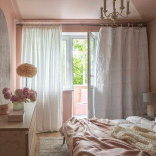 Стильный дизайн: детская среднего размера в современном стиле с розовыми стенами, светлым паркетным полом, бежевым полом и спальным местом - последний тренд