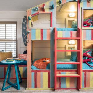 Idéer för mellanstora maritima könsneutrala barnrum kombinerat med sovrum och för 4-10-åringar, med klinkergolv i keramik, beiget golv och vita väggar