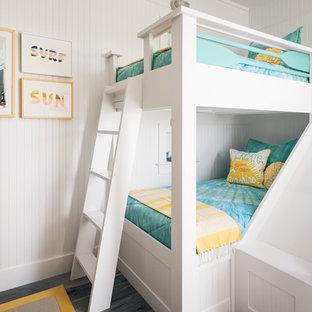 Ispirazione per una cameretta per bambini costiera di medie dimensioni con pareti bianche, pavimento in gres porcellanato e pavimento blu