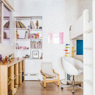 Cette photo montre une petite chambre d'enfant de 4 à 10 ans industrielle avec un mur blanc et un sol en bois clair.