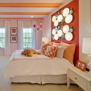 Idée de décoration pour une très grand chambre d'enfant de 4 à 10 ans tradition avec un mur rose et moquette.
