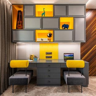 На фото: нейтральная детская среднего размера в современном стиле с рабочим местом, мраморным полом и бежевым полом для подростка