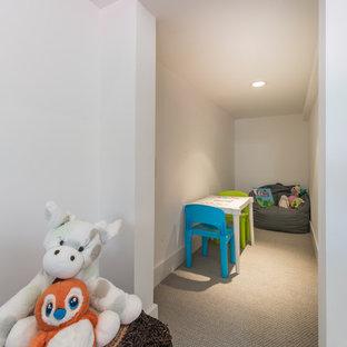Idée de décoration pour une chambre d'enfant de 4 à 10 ans vintage de taille moyenne avec un mur blanc, moquette et un sol marron.
