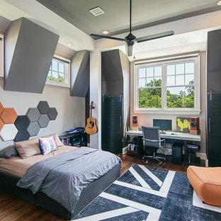Diseño de dormitorio infantil clásico renovado con paredes grises y suelo de madera oscura