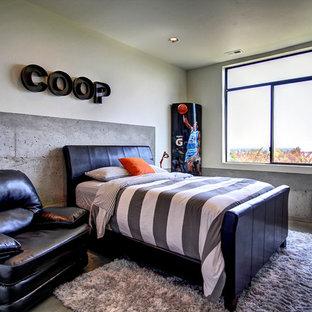 Industrial Jugendzimmer mit Schlafplatz, beiger Wandfarbe und Betonboden in Boise
