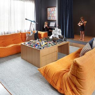 Neutrales Modernes Kinderzimmer mit Spielecke, grauer Wandfarbe, dunklem Holzboden und braunem Boden in Chicago