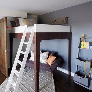 Modelo de dormitorio infantil vintage, de tamaño medio, con paredes grises y suelo de madera oscura