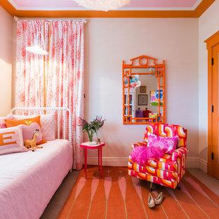 Immagine di una cameretta per bambini da 4 a 10 anni chic con pareti beige e moquette