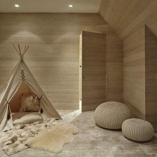 Idéer för mellanstora vintage könsneutrala barnrum kombinerat med lekrum och för 4-10-åringar, med beige väggar, heltäckningsmatta och beiget golv
