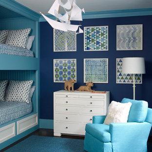 Inredning av ett klassiskt pojkrum kombinerat med sovrum och för 4-10-åringar, med blå väggar, mörkt trägolv och blått golv