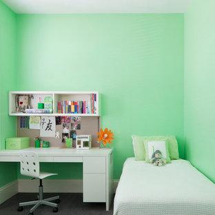Idéer för att renovera ett mellanstort funkis könsneutralt barnrum kombinerat med sovrum och för 4-10-åringar, med gröna väggar och heltäckningsmatta