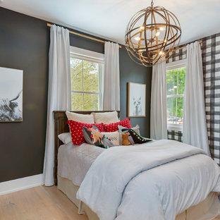 Immagine di una cameretta per bambini da 4 a 10 anni chic di medie dimensioni con pareti nere, parquet chiaro e pavimento beige