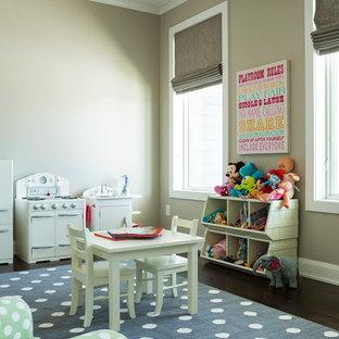 Exempel på ett mellanstort modernt könsneutralt småbarnsrum kombinerat med lekrum, med beige väggar