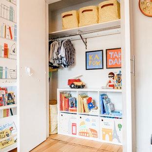 Ispirazione per una piccola cameretta per bambini da 4 a 10 anni nordica con pareti multicolore, parquet chiaro e pavimento marrone