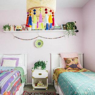 Idee per una cameretta per bambini boho chic con pareti rosa e moquette