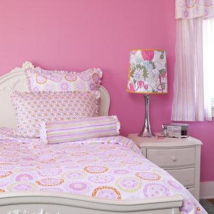 Immagine di una cameretta da bambina boho chic con pareti rosa