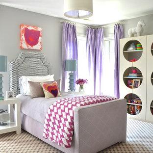 Modelo de dormitorio infantil bohemio con paredes grises, moqueta y suelo multicolor