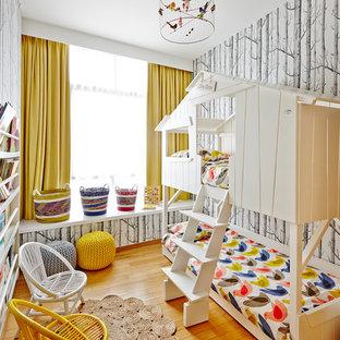 Diseño de dormitorio infantil de 1 a 3 años, ecléctico, con suelo de madera clara